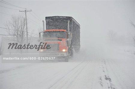 Camion sur la route en hiver, Ontario, Canada