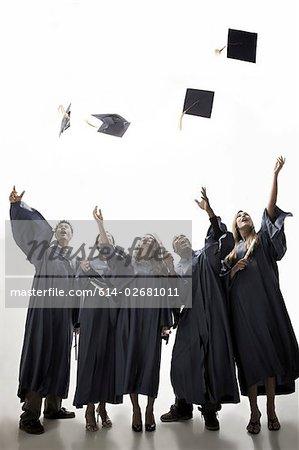Diplômés jeter accompagnée de mortiers