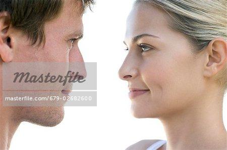Couple regardant les uns les autres.