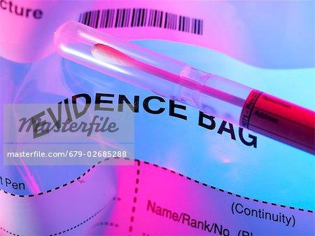 Forensische Beweise. Tupfer Probe aus einem Tatort am Anfang eine forensische Beweise-Tasche.