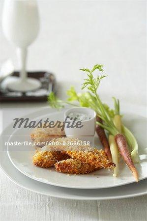 Kokos Crusted Chicken Fingers mit Karotten und Sellerie und Dill-Sauerrahm-Dip
