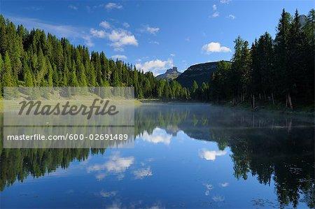 Chaîne de montagnes et forêt reflétée dans le lac Antorno, Italie