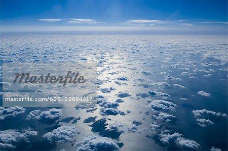 Luftbild von Wolken und blauer Himmel über Pazifischer Ozean