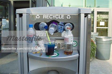 Débordant de récipient de recyclage