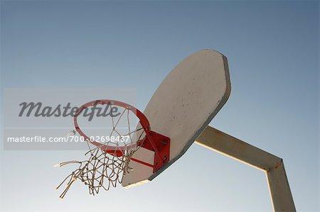 Panier de basket avec filet déchiré