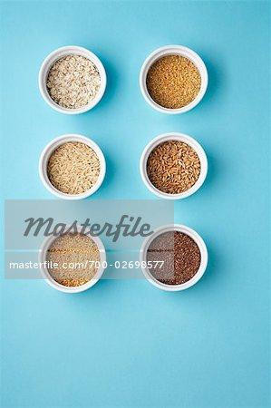 Assortierte Leinsamen, brauner Reis und Leinsamen