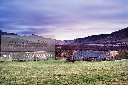 Ruines de Cottage et montagnes en arrière-plan à l'aube en hiver, Machrie Moor, Isle of Arran, North Ayrshire, Firth of Clyde, en Écosse