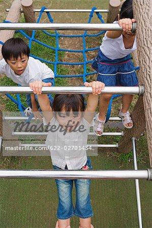 Enfants qui grimpent sur escalade encadrent un parc