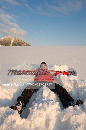 Homme faisant des anges de neige, Faistenau, Salzburg-Umgebung, Land de Salzbourg, Autriche