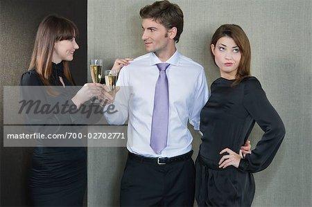 Homme dans le cadre d'un Couple, flirter avec une autre femme