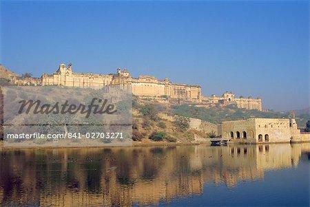 Le Palais d'Amber de travers le Moata Sagar lake, Jaipur, Rajasthan, Inde