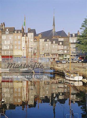Alten Hafen, St. Catherine's Quay und neben der St. Katharinen Kirche hinter, Basse Normandie (Normandie), Honfleur, Frankreich, Europa