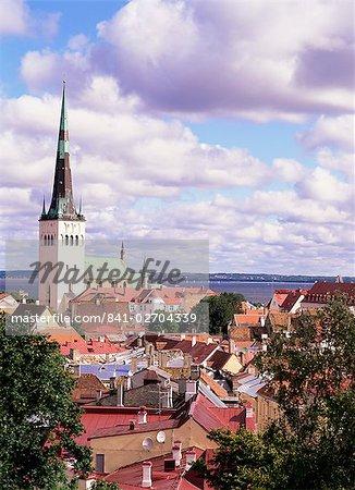 Toits de la vieille ville et l'église Saint-Nicolas, Tallinn, en Estonie, pays baltes, Europe