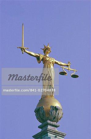 Die Waage der Gerechtigkeit über die alten Gerichte Bailey, Inns Of Court, London, England, Vereinigtes Königreich
