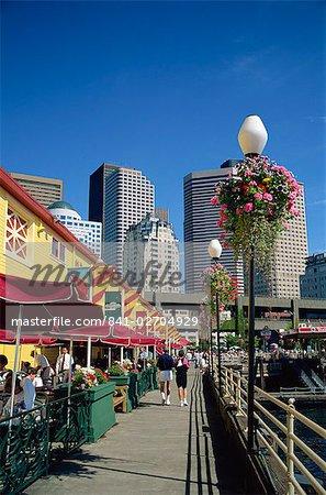 Cafés sur quai 56 sur le front de mer avec des blocs de la tour de la ville en arrière-plan, à Seattle, Washington État, États-Unis d'Amérique, l'Amérique du Nord