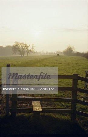 Stil und Marker Pfeil auf Fußweg entlang des Flusses Severn, im Dezember, in der Nähe von Tewkesbury, Gloucestershire, England, Vereinigtes Königreich, Europa