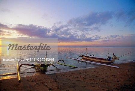 Bateaux de calage au lever du soleil, la plage de Sanur, Bali, Indonésie, Asie