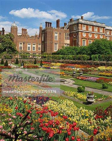 Étang de jardin dans le jardins du palais, Hampton Court, Londres, Angleterre, Royaume-Uni, Europe