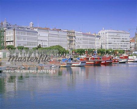 Bateaux colorés dans le port, La Corogne, Galice, Espagne, Europe
