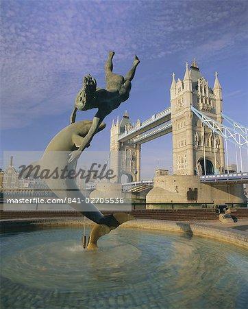 Fontaine d'enfant dolphin et de Tower Bridge, Londres, Royaume-Uni, Europe