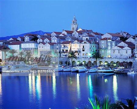 Vue de la ville de Korcula, au crépuscule, île de Korcula, Dalmatie, Dalmatie, Croatie, Europe