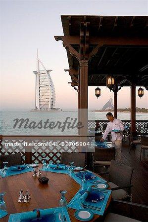 Le Burj Al Arab, les sept premiers du monde star hotel (5 étoiles luxe), construit sur une île artificielle au large du Jumeirah Beach hotel, Dubai, Émirats Arabes Unis, Moyen-Orient