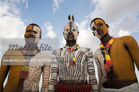 Trois tribus Karo avec décoration de visage et le corps à la craie, imitant le plumage tacheté de la pintade, la rivière Omo, basse vallée de l'Omo, Ethiopie, Afrique
