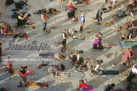 Pèlerins bouddhistes se prosterner, Barkhor Temple de Jokhang, Lhassa, Tibet, Chine