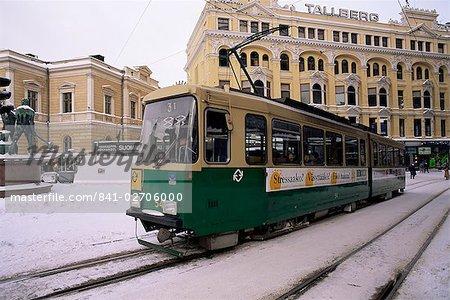 Tram dans la rue en hiver, Helsinki, Finlande, Scandinavie, Europe