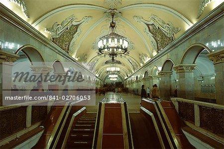 Intérieur d'une station de métro, avec les fresques du plafond, de lustres et de salles de marbre, Moscou, Russie, Europe