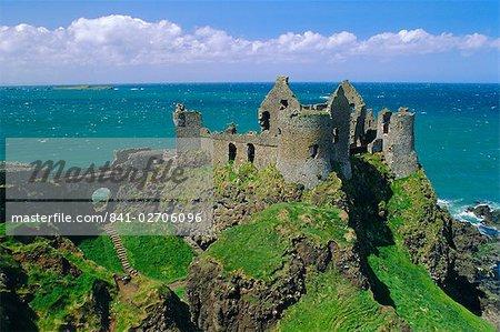 Château de Dunluce sur le littoral rocailleux, comté d'Antrim, Ulster, Irlande du Nord, Royaume-Uni, Europe