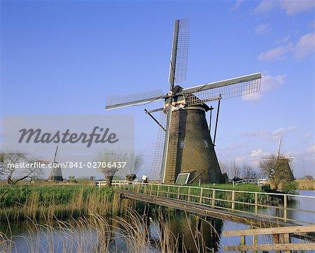 Moulins à vent le long du canal, Kinderdijk, patrimoine mondial de l'UNESCO, Holland (Pays-Bas), Europe