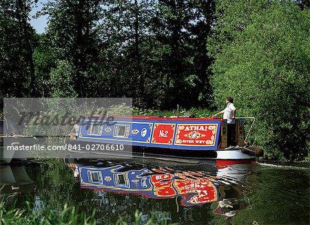 Après-midi de printemps sur la rivière Wey Navigation, près de Pyrford, Surrey, Angleterre, Royaume-Uni, Europe