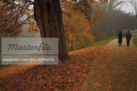 Couple se promenant dans les jardins de Jephson en automne, Leamington Spa, Warwickshire, Midlands, Angleterre, Royaume-Uni, Europe