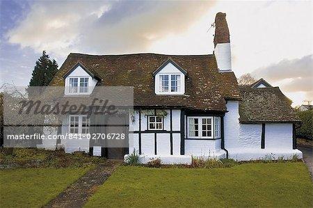 Demi chalet boisé dans le village de Welford sur Avon, Warwickshire, Angleterre, Royaume-Uni, Europe