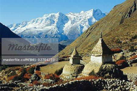 Stupas sur le chemin vers Tengboche, Khumbu Himal, Himalaya, Népal