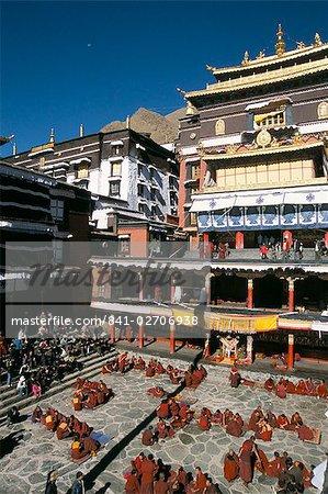 Moines débattent dans la Cour d'honneur, le monastère de Tashilhunpo, Shigatse (Xigatse), Tibet, Chine, Asie