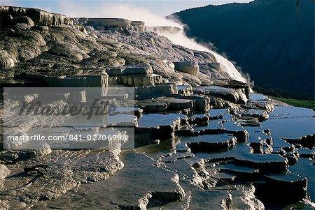 Eau chaude dans les fosses sur les terrasses de calcite déposées par Mammoth Hot Springs, Parc National de Yellowstone, patrimoine mondial de l'UNESCO, Wyoming, États-Unis d'Amérique (États-Unis d'Amérique), Amérique du Nord