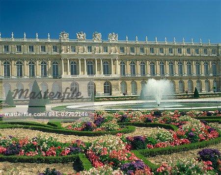 Le Parterre du Midi et la fontaine en face du château de Versailles, patrimoine mondial de l'UNESCO, Ile de France, France, Europe