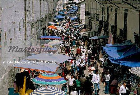 Rue du marché, la vieille ville, à Quito, en Équateur, en Amérique du Sud