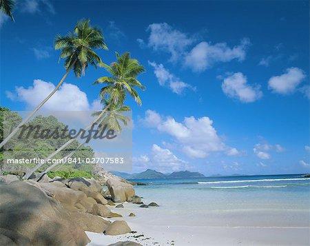 Anse sévère, La Digue avec l'île de Praslin en arrière-plan, des Seychelles, océan Indien, Afrique