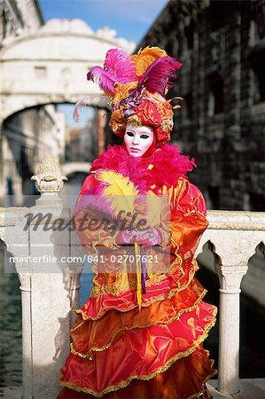 Personne habillé en costume et masque de carnaval posant devant le pont des soupirs, carnaval de Venise Venise, Vénétie, Italie, Europe
