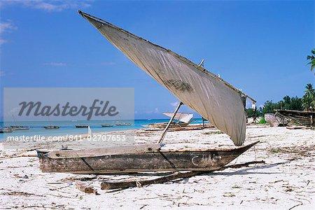 Boutre sur la plage de Nungwi, île de Zanzibar, Tanzanie, Afrique de l'est, Afrique
