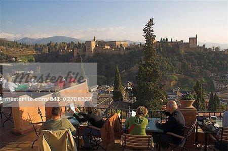 À la recherche dans l'ensemble de l'Alhambra, patrimoine mondial de l'UNESCO, Grenade, Andalousie, Espagne, Europe