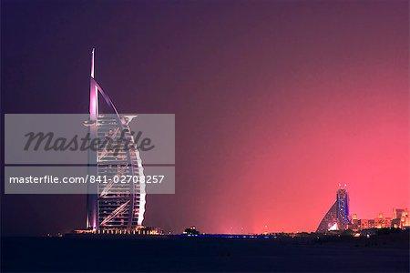 Hôtel Burj al Arab dans la soirée, Dubai, Émirats Arabes Unis, Moyen-Orient