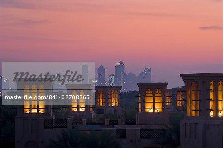 Hôtel Al Qasr à la tombée de la nuit, Dubai, Émirats Arabes Unis, Moyen-Orient