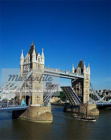 Öffnen der Tower Bridge, London, England, Vereinigtes Königreich, Europa