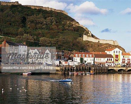 Du port, avec le château sur la colline au-dessus, Scarborough, Yorkshire, Angleterre, Royaume-Uni, Europe