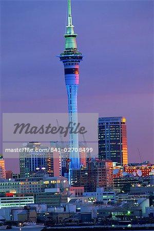 Sky Tower et les toits de la ville au crépuscule, Auckland, North Island, Nouvelle-Zélande, Pacifique
