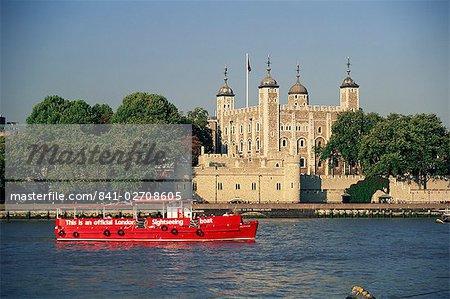 Sightseeing-Boot auf der Themse und der Tower von London, UNESCO Weltkulturerbe, London, England, Großbritannien, Europa